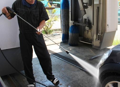輸入車を洗浄する人物イメージ画像 洗車時にやってはいけないこと