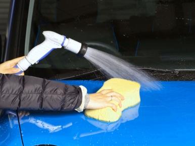 自動車のカバー購入は【カバーランド】をご利用ください。カーワックスの基本的なかけ方。愛車を洗車をしている画像