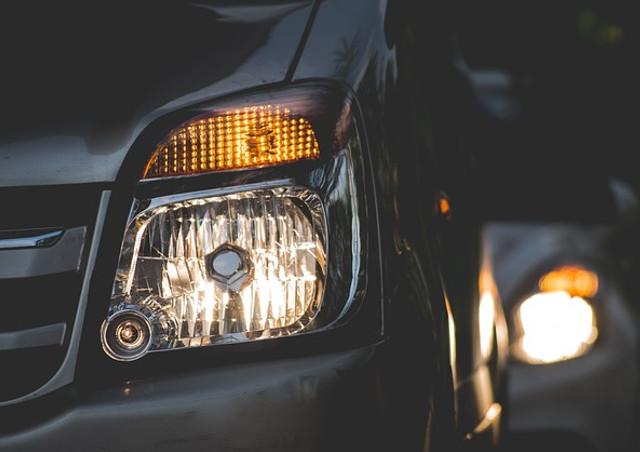 ヘッドライトの黄ばみの原因と対策